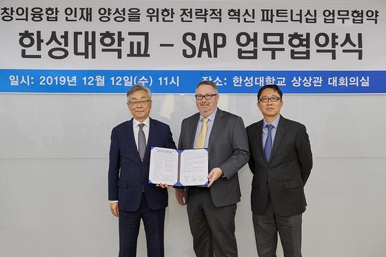 좌측부터 한성대 이상한 총장, SAP Asia Pacific Cameron Brown 부사장, SAP 교육사업본부 박재연 전무.