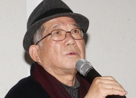 나태주 시인이 12일 서울 광화문 한 식당에서 열린 신간 출간 기념 기자간담회에서 질문에 답하고 있다. [사진 연합뉴스]