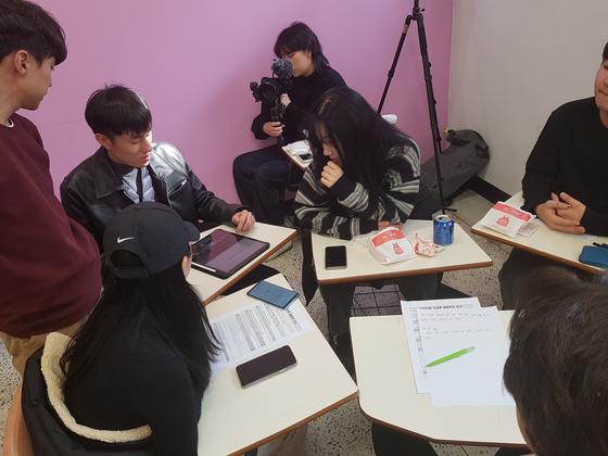 서경대 아이디어스타트업 수업에서 학생들이 기업 홍보 영상을 만들어보기 위해 회의하고 있다. [제공=방미영 서경대 교수]