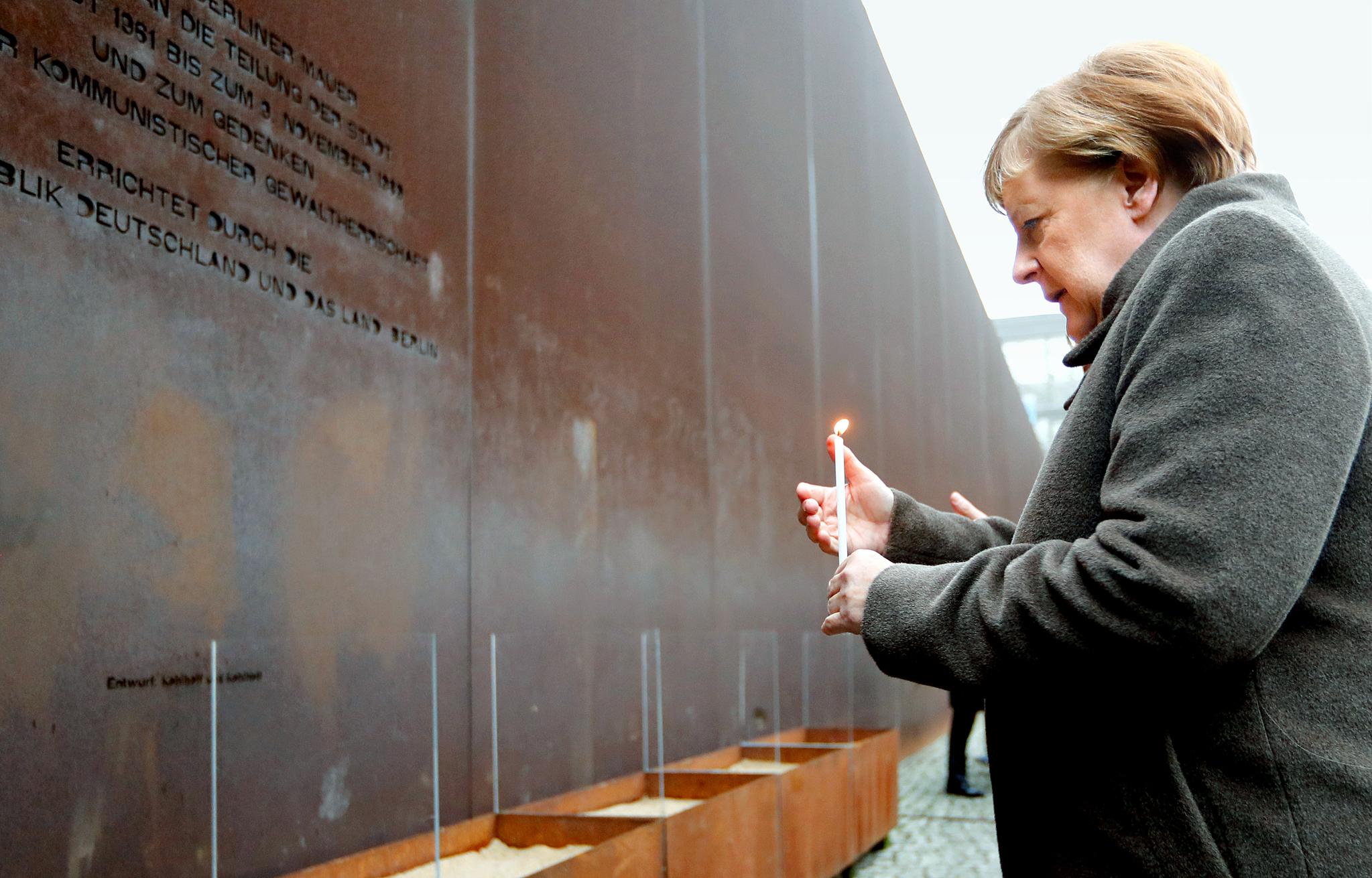 앙겔라 메르켈 독일 총리가 지난달 9일(현지시간) 독일 베를린에서 열린 베를린장벽 붕괴 30주년 기념식에서 촛불을 들고 있다. [AP=연합뉴스]