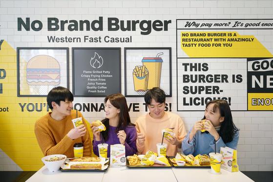 신세계푸드는 식품유통·제조사업 노하우를 활용해 햄버거 단가를 낮추면서 2030 소비자의 마음을 사로잡았다. 노브랜드 버거 소비자의 71%가 20대와 30대다. [사진 신세계푸드]