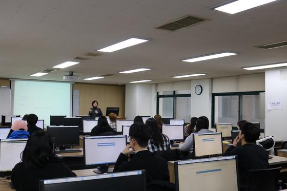 컴퓨터공학과 학생들이 수업을 듣고 있다.