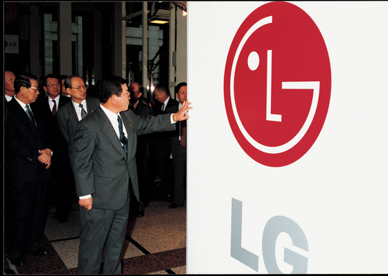 구자경 LG그룹 명예회장이 1995년 기존 럭키금성그룹을 LG로 개명하며 새 로고를 만지는 모습. [사진 LG]