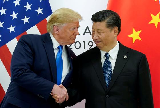 도널드 트럼프 미 대통령(왼쪽)과 시진핑 중국 국가주석이 6월 29일 일본 오사카에서 열린 G20 정상회의에서 만나 악수하고 있다.[로이터=연합뉴스]
