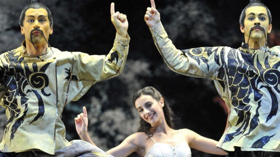 버밍험 로얄 발레단의 호두까기 인형. 얼굴을 노랗게 칠하고 양갈래 수염을 늘어뜨린 모습이 인종차별적이라는 비판을 받았다. [사진 게티이미지]