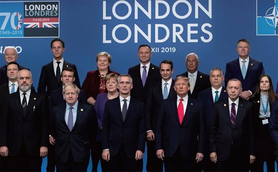 12월 4일(현지시간) 영국 런던에서 열린 제70주년 북대서양조약기구(NATO) 회의에 참석한 각 국 정상들이 기념촬영을 하고 있다. / 사진:연합뉴스