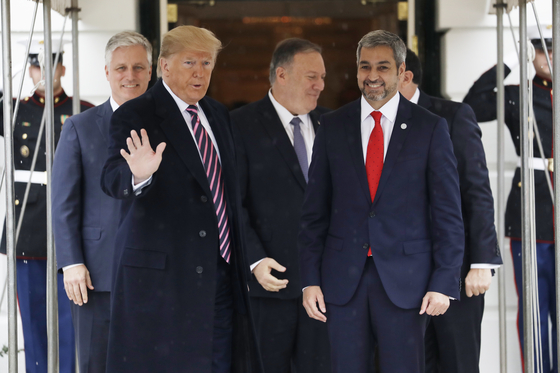 도널드 트럼프 미국 대통령(왼쪽에서 두번째)이 13일(현지시간) 미 백악관에서 마리오 압도 베니테스 파라과이 대통령(맨 오른쪽)과 만나고 있다.[AP=연합뉴스]