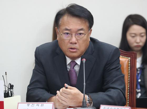 정진석 자유한국당 의원이 지난달 6일 서울 여의도 국회에서 열린 최고위원·중진의원 연석회의에서 발언을 하고 있다. [뉴스1]