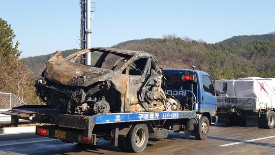 14일 낮 12시 상주-영천고속도로 상행선에서 화물트럭 등 차량 21대가 빙판길에 미끄러져 연쇄 추돌한 현장. 사고로 발생한 화재에 트럭이 형체를 알아보기 힘들 정도로 전소했다. 군위=백경서 기자