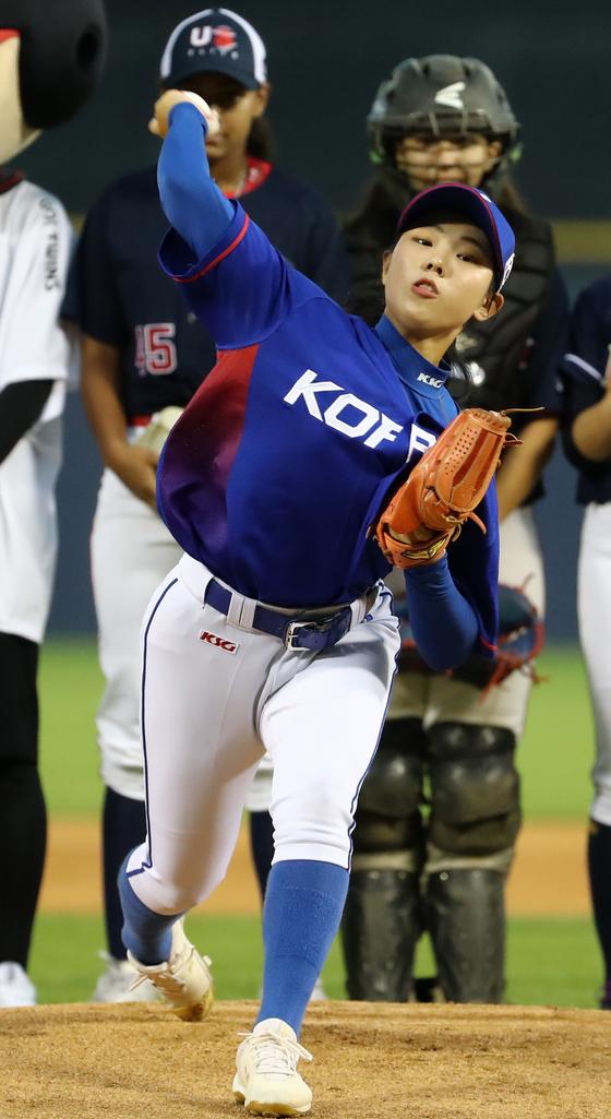 지난 8월 21일 KIA-LG 경기에 앞서 한국 여자야구 국가대표 김라경이 시구를 하고 있다. [연합뉴스]