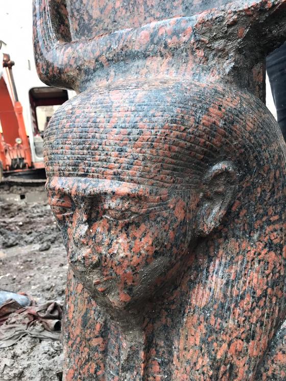 11일(현지시간) 이집트 기자 지역에서 발굴된 람세스 2세의 분홍색 화감암 석상. [신화=연합뉴스]