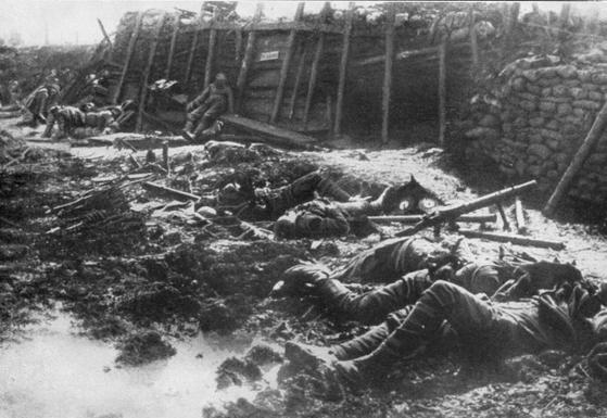 독일군의 독가스 공격으로 전사한 영국군 시신. 제1차 대전 후 공식적으로 화학 무기는 생산ㆍ보유ㆍ사용이 금지됐다. 하지만 이를 곧이곧대로 믿기 힘든 것도 엄연한 현실이다.[사진 wikipedia.org]