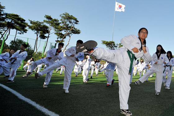대전 한빛고등학교 학생들이 학교 운동장에서 태권도 수업을 받고 있다. 프리랜서 김성태