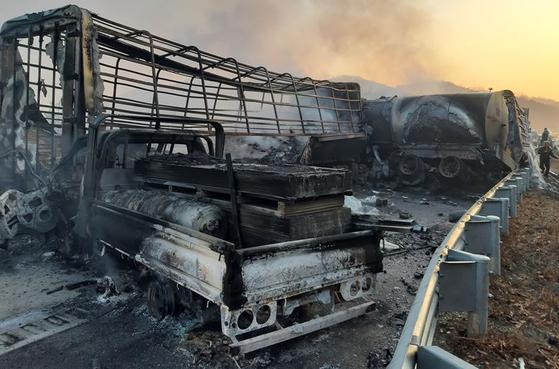 14일 오전 4시 41분쯤 군위군 소보면 상주-영천고속도로 상행선에서 화물트럭 등 차량 21대가 빙판길에 미끄러져 연쇄 추돌했다. [사진 경북소방본부]