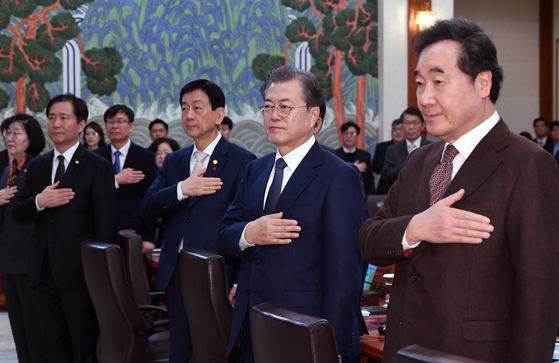 문재인 대통령(오른쪽 두 번째)이 3일 오전 청와대에서 열린 국무회의에서 국민의례를 하고 있다. 오른쪽은 이낙연 국무총리. 청와대사진기자단