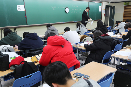 9일 오후 서울의 한 대형학원에서 수험생들이 재수선행반에 들어가기 위한 테스트를 치르고 있다. [연합뉴스]