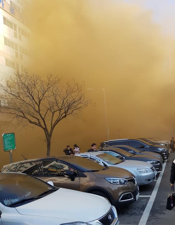 14일 오전 경기도 고양시 한 여성병원에서 불이 나 환자, 보호자 등이 대피하고 있다. [사진 독자 제보]