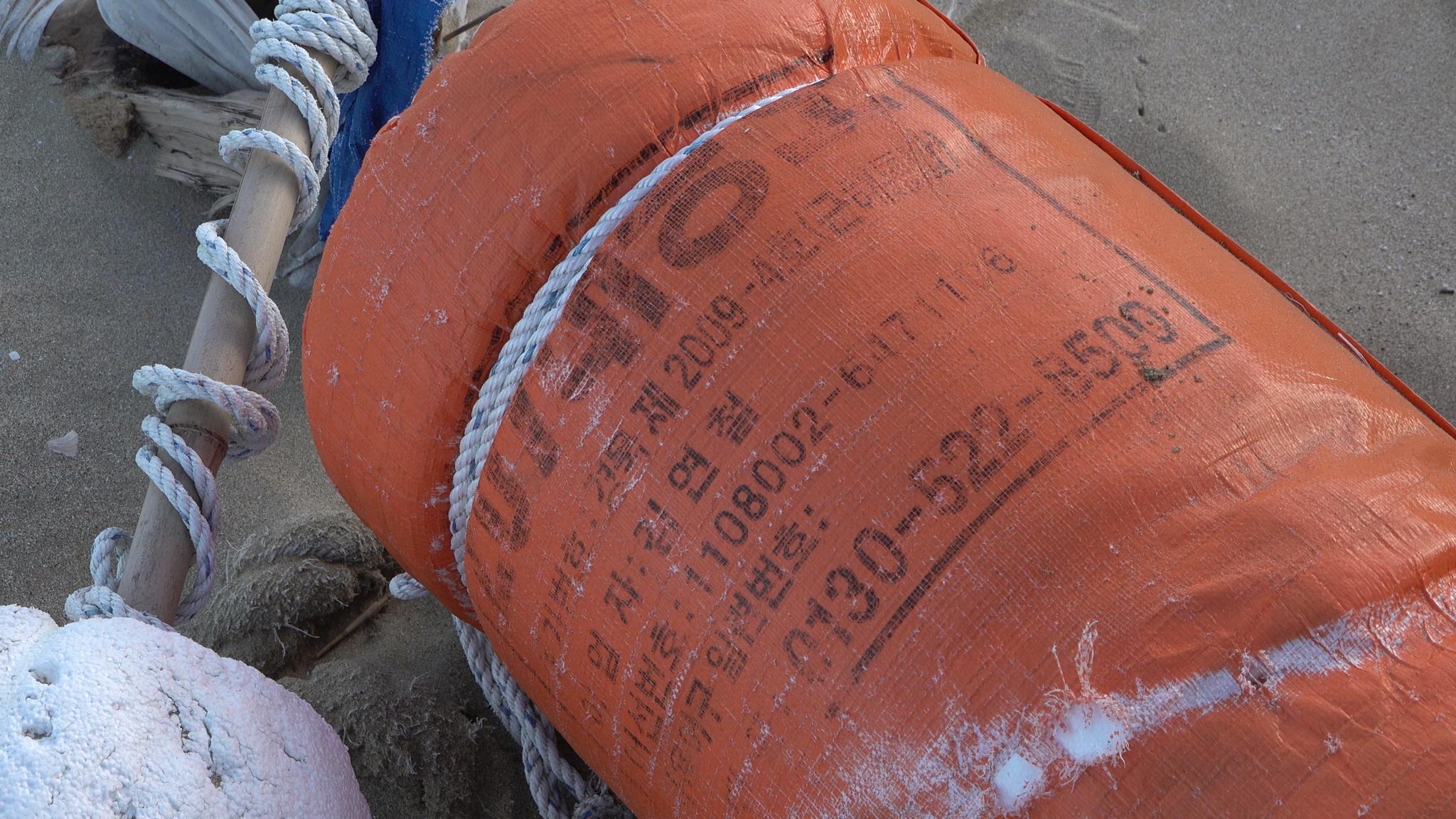 고추장통·농약통···일본 해안에 널브러진 한글 쓰레기들
