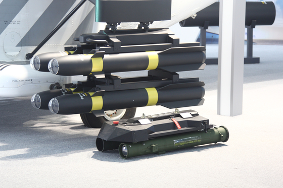 서울 국제 항공우주 및 방위산업 전시회(ADEX) 2019'에서 한국항공우주산업(KAI)가 선보인 수리온의 수출형(KUH-1E). 해병대의 상륙공격헬기로 채택될 가능성이 크다. 사진은 수리온 수출형이 무장한 헬파이어 미사일. [사진 디펜스타임스]