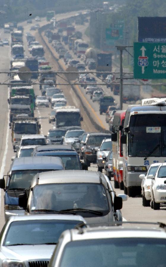 고속도로 옆만 말라 죽는 과수원 나무···대법원 손해배상 책임 인정