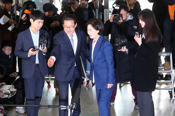 추미애 법무부 장관 후보자(가운데)가 9일 오전 서울 양천구 남부준법지원센터로 출근하고 있다. 장진영 기자