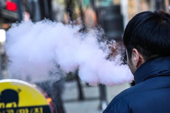 서울 시내에서 한 시민이 액상 전자담배를 태우고 있다. [뉴스원]