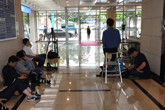 기자들이 지난 9월 인사청문회 사무실이 있는 종로구 현대적선빌딩 로비에서 조국 법무부 장관 후보자의 출근을 기다리고 있다. 김상선 기자