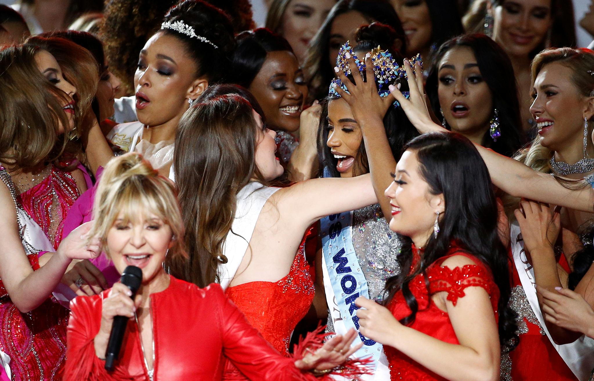 미스 자메이카 토니 안 싱이 14일(현지시간) 영국 런던의 엑셀 센터에서 열린 제69회 미스 월드 선발대회에서 2019 미스 월드로 선정된 뒤 다른 참가자들의 축하를 받고 있다. [로이터=연합뉴스]