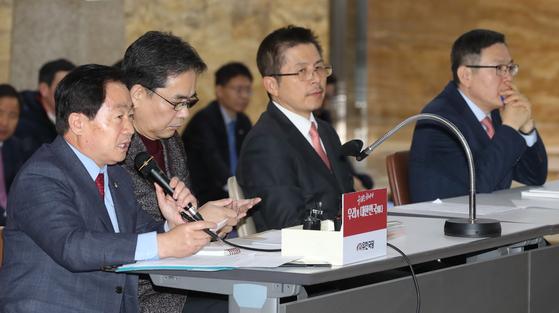 주광덕 자유한국당 의원이 15일 국회 로텐더홀 농성장에서 황교안 대표의 기자회견 때 발언하고 있다. 변선구 기자