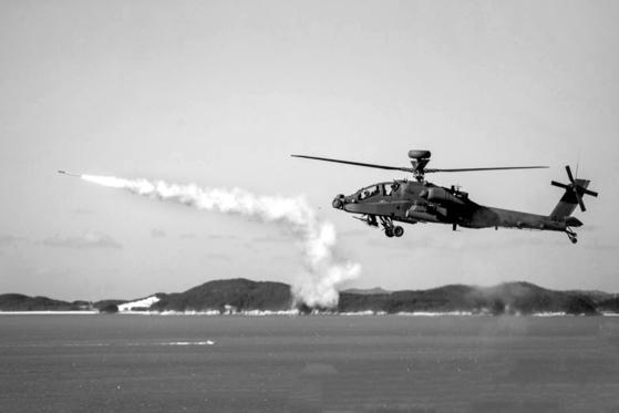 육군의 AH-64E아파치 가디언이 가상 적기를 향해 스팅어 미사일을 발사하고 있다. 이처럼 아파치 가디언은 제한적이나마 공대공 전투 능력을 갖고 있다.ㅣ [사진 육군]