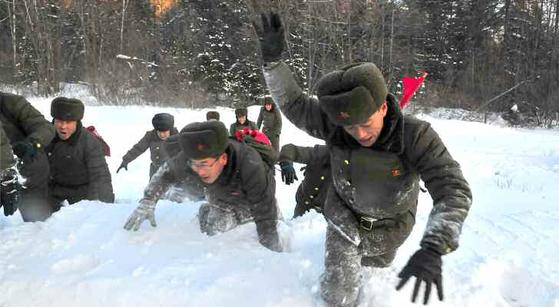 북한 노동당 기관지 노동신문은 14일 전국 각지의 청년들이 전날 백두산 혁명전적지 답사 행군길에 올랐다고 보도했다. [노동신문=뉴스1]