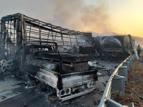 14일 오전 경북 군위군 소보면 상주-영천고속도로에서 다중 추돌사고가 발생했다. 현장에서 화재까지 났다.   사진은 소방당국이 화재 진압 후 현장 모습. [사진 경북소방본부]