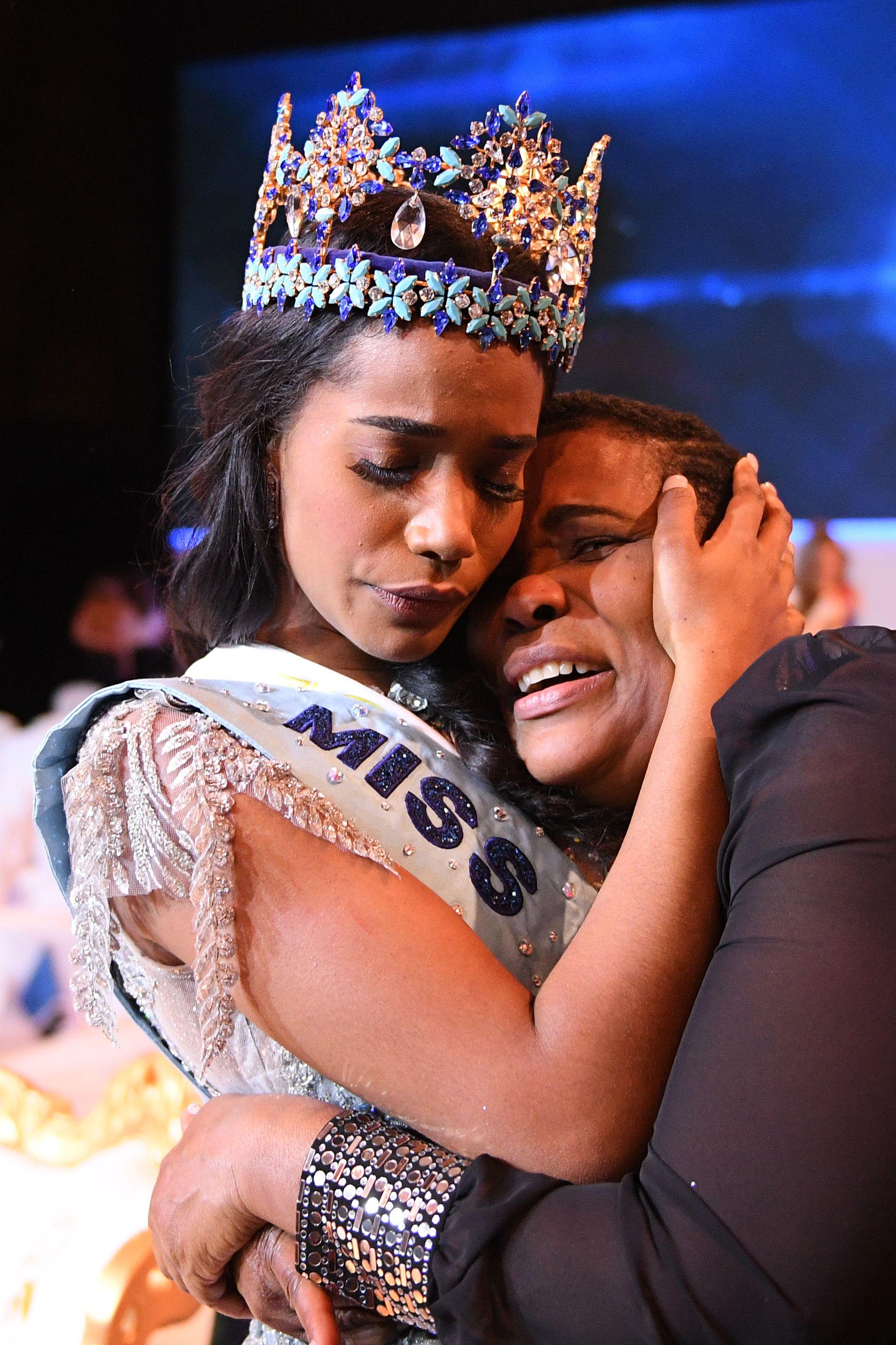 미스 자메이카 토니 안 싱이 14일(현지시간) 영국 런던의 엑셀 센터에서 열린 제69회 미스 월드 선발대회에서 2019 미스 월드로 선정된 뒤 왕관을 쓰고 어머니와 포옹하고 있다. [AFP=연합뉴스]