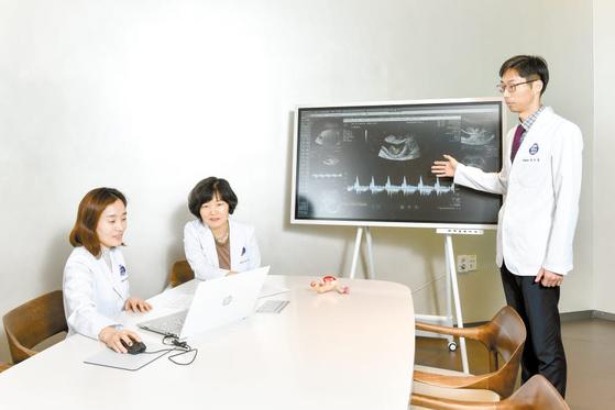 신지은 교수와 정상희 교수, 최민철 교수(왼쪽부터)가 자궁선근증을 치료하고 출산한 박모씨의 난임 치료 과정을 되짚어보고 있다. 김동하 객원기자