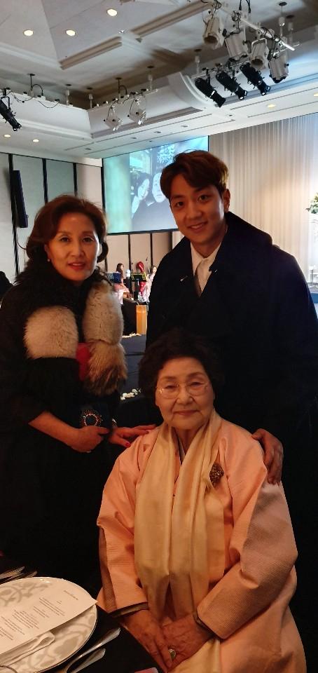 부산 친척 결혼식에 참석한 허훈과 어머니 이미수씨.