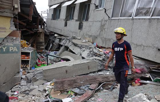 15일 규모 6.8의 강진이 발생한 필리핀 남부 다바오에서 구조대가 매몰자를 찾아다니고 있다. [EPA=연합뉴스]