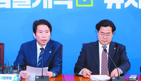 이인영 민주당 원내대표(왼쪽)가 15일 '패스트트랙 법안' 관련 기자 간담회를 하고 있다. [연합뉴스]