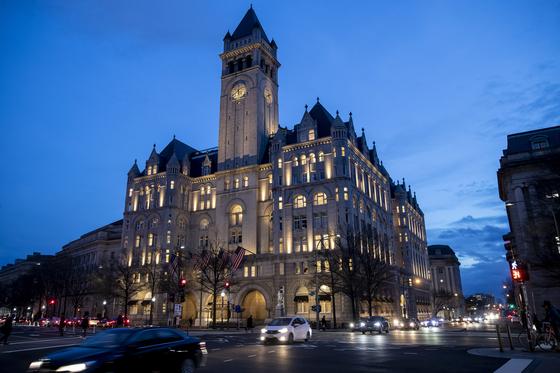 도널드 트럼프 미국 대통령이 14일 밤 워싱턴 트럼프 인터내셔널 호텔 프레지덴셜 볼룸에서 개최한 비공개 정치자금 모금 행사에 참석했다. 자료 사진. [AP=연합뉴스]