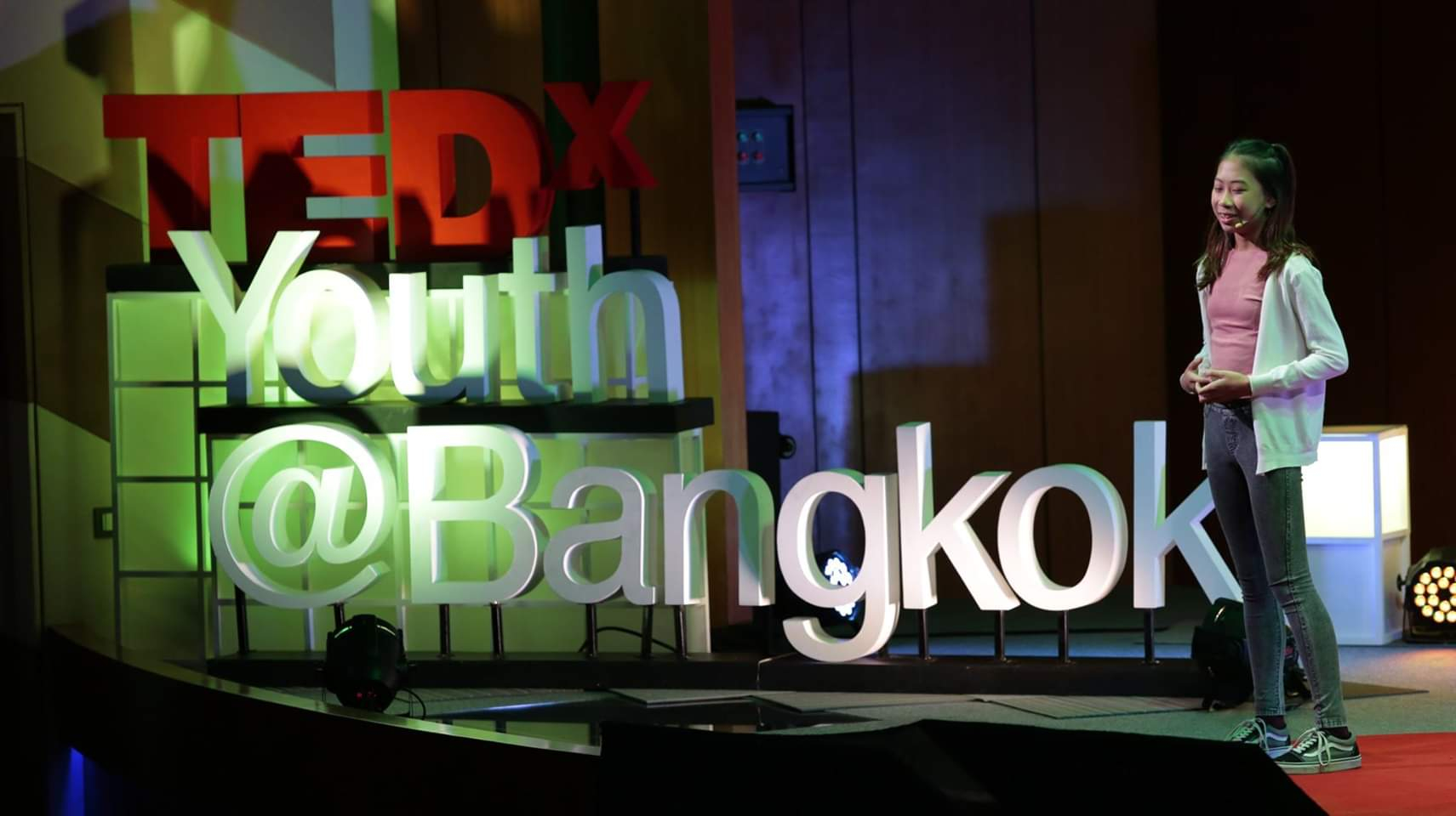 태국의 12세 환경활동가 '릴리'가 지난 17일 태국 방콕에서 열린 TEDxYouth@Bangkok 행사에서 발표 중인 모습. [사진 페이스북 'Bye Bye Plastic Bags Thailand']