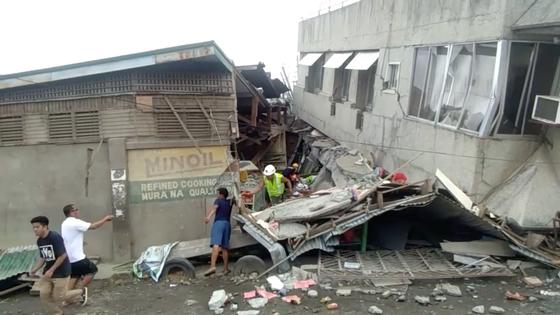 필리핀 파다다 시의 한 쇼핑몰이 15일(현지시간) 강진으로 무너져 구급대원들이 구조활동을 벌이고 있다. [로이터=-연합뉴스]