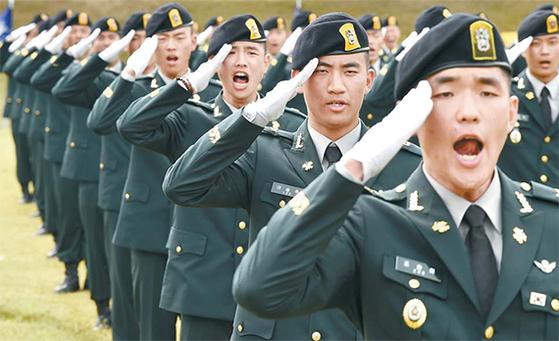 특수전 학교(경기도 광주)에서 지난 9월 열린 '특전 부사관 50기 4차 임관식'에서 특전 부사관들이 힘차게 경례를 하고 있다. [뉴시스]
