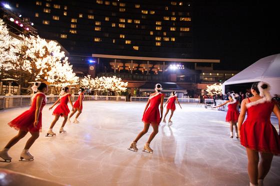 그랜드 하얏트 서울의 아이스링크는 아름다운 야경으로 워낙 유명하다. 크리스마스 이브와 31일 저녁 피겨스케이팅 공연도 볼 수 있다. [사진 그랜드 하얏트 서울]