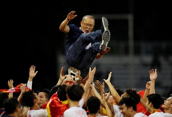 지난 10일 동남아시아(SEA) 게임 결승 인도네시아와 경기에서 3-0 완승을 거두며 60년 만에 우승을 차지한 뒤 한호하는 박항서 감독과 베트남 U-22대표팀 선수단. 연합뉴스 제공