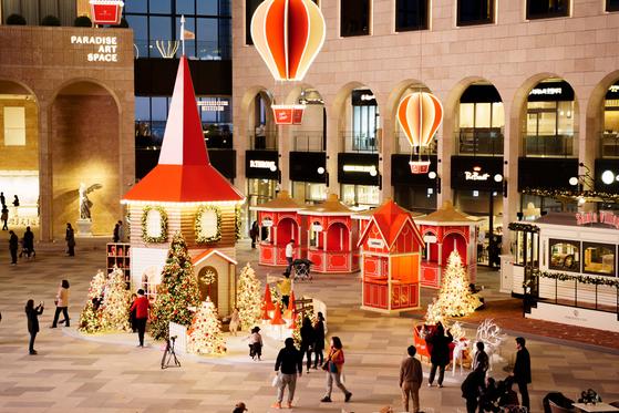 인천 파라다이스시티는 플라자 광장을 '산타 빌리지'로 꾸몄다. 열기구와 조명, 트리와 썰매 장식 등이 어우러져 있다. 이곳에서 크리스마스 마켓도 열린다. [사진 파라다이스시티]