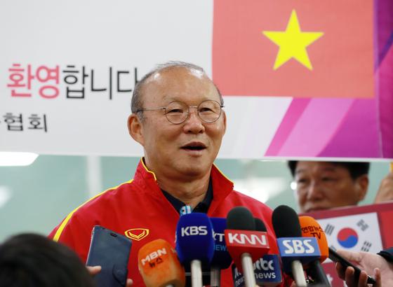 지난 14일 부산 강서구 김해국제공항에서 박항서 감독이 취재진 질문에 답하고 있다. 박 감독이 이끄는 U23 베트남 대표팀은 경남 통영에서 전지훈련을 갖는다. 연합뉴스 제공