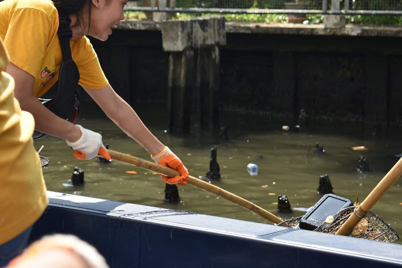 지난달 19일 방콕 시내를 가로지르는 수로(운하)에서 태국의 시민단체 'TrashHero Bangkok'과 자원봉사자 110명이 쓰레기 줍기 '클린업' 활동을 하는 모습. 이날 수거한 쓰레기는 235.8kg이다. [사진 TrashHero Bangkok]