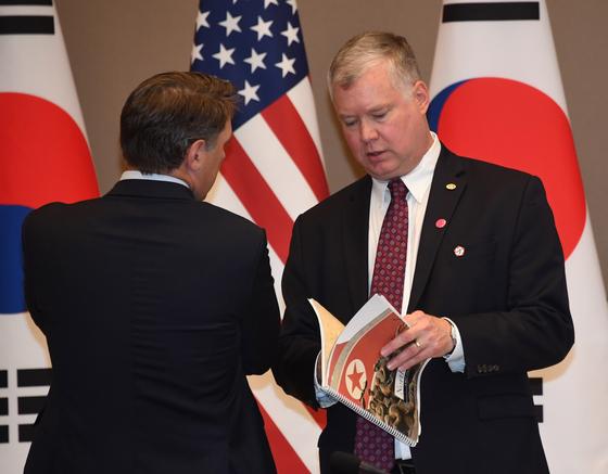 30일 오전 청와대에서 스티븐 비건 미 국무부 대북정책특별대표가 한미 확대 정상회담 전 북한 관련 자료를 살펴보고 있다. [청와대사진기자단]