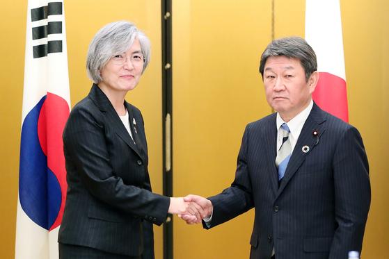 강경화 외교부 장관(왼쪽)과 모테기 도시미쓰 일본 외무상이 지난달 23일 일본에서 열린 회담에서 12월 한·중·일 정상회담을 계기로 한·일 정상회담 성사를 조율하기로 합의했다. [연합뉴스]
