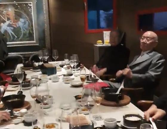 전두환 전 대통령이 12·12 군사반란을 일으킨 지 40년이 되는 날인 지난 12일 군사 반란에 가담했던 인물들과 서울 강남의 고급 음식점에서 오찬을 즐기는 장면을 임한솔 정의당 부대표가 직접 촬영해 공개했다. [사진 정의당]