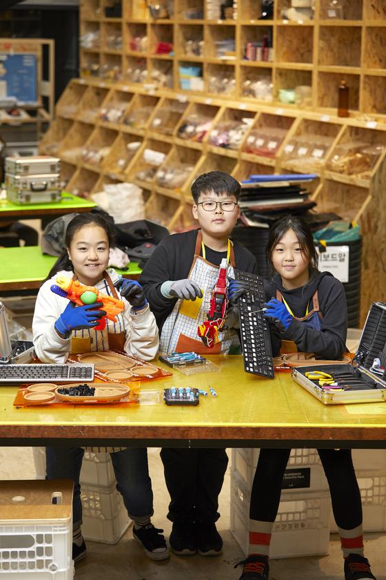 소중 학생기자단은 여러 물품을 분해하고 소재별로 분류해 소재은행에 기증했다. 왼쪽부터 김은비·허태훈·맹서후 학생기자.